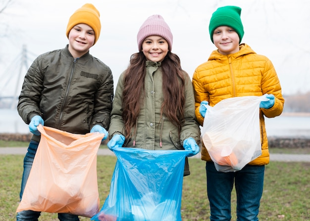 笑顔の子供たちのリサイクルのミディアムショット