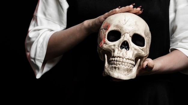 두개골을 들고 여자의 중간 샷