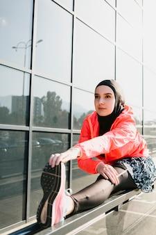 女性のストレッチのミディアムショット 無料写真