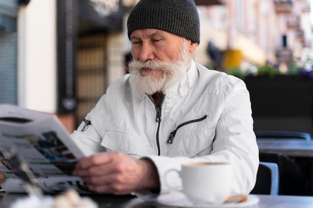 テラスに座っているミディアムショットの老人
