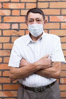 ミディアムショットの老人がマスクを着用