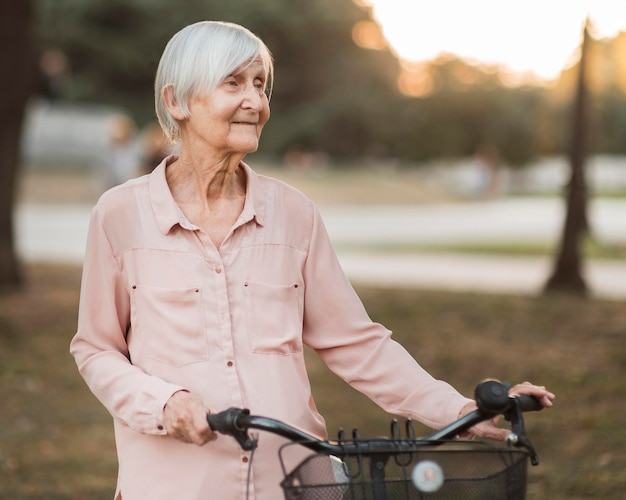 중간 샷 자전거와 할머니