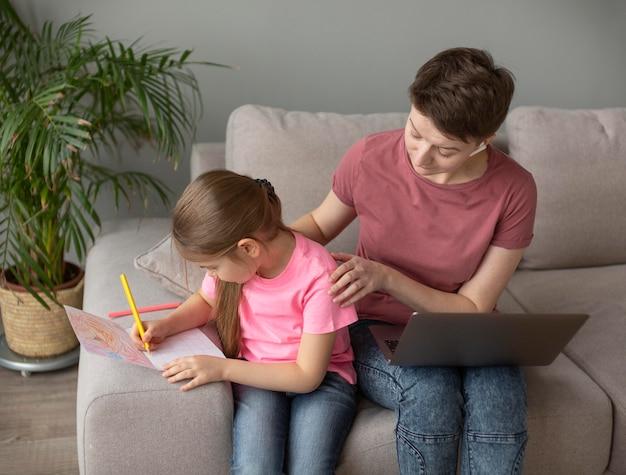 Средний план родитель и ребенок дома