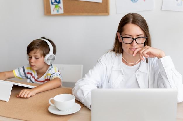 Родитель и ребенок среднего плана с устройствами