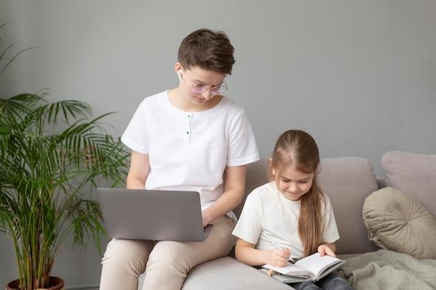 중간 샷 부모 재택 근무