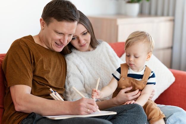 중간 샷 부모와 귀여운 유아