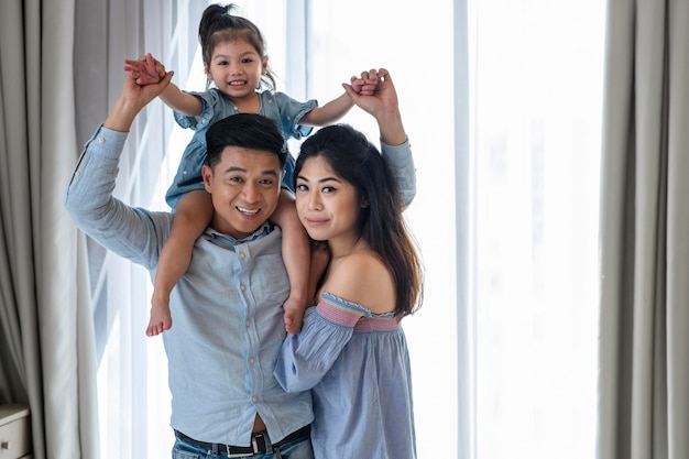 Родители среднего плана и счастливая девочка