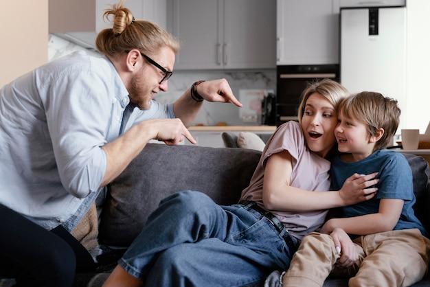 중간 샷 부모와 아이가 재미