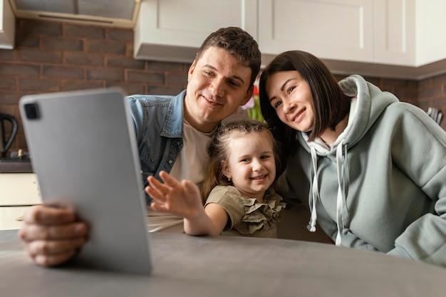 중간 샷 부모 및 자녀 화상 통화