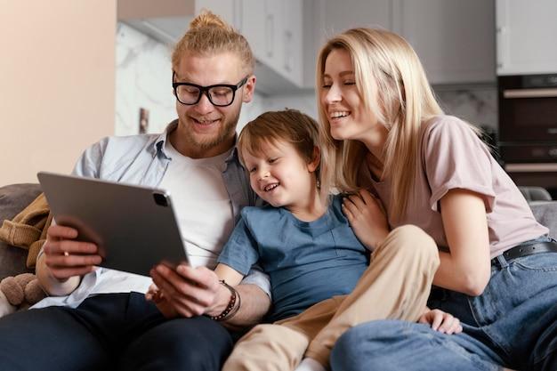 중형 샷 부모와 자녀, 태블릿