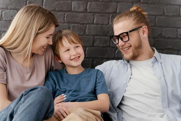 중간 샷 부모와 자녀