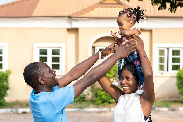 ミディアムショットの親と子供