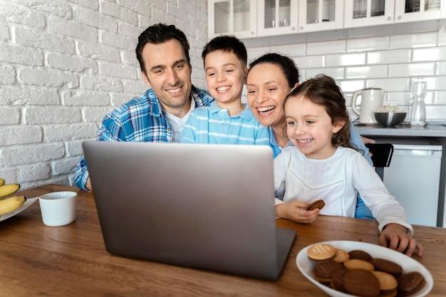 自宅でミディアムショットの親と子供