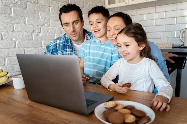 Средний план родители и дети вместе