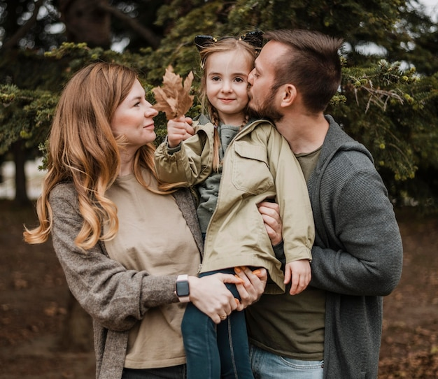 娘を抱くミディアムショットの両親