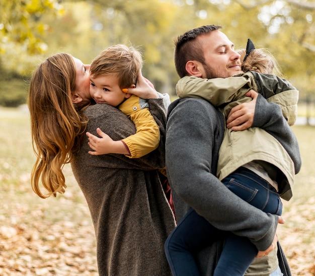 子供を抱き締めるミディアムショットの親