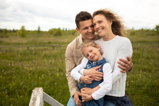 중간 샷 부모와 자녀가 외부