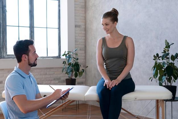 물리 치료 중 중간 샷 환자