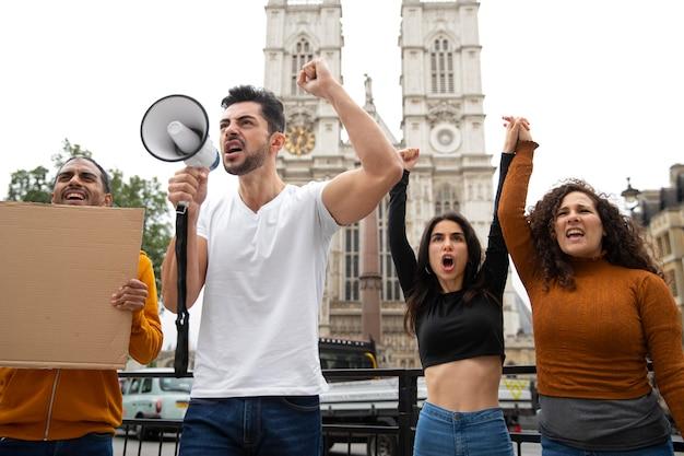 抗議のミディアムショットの人々