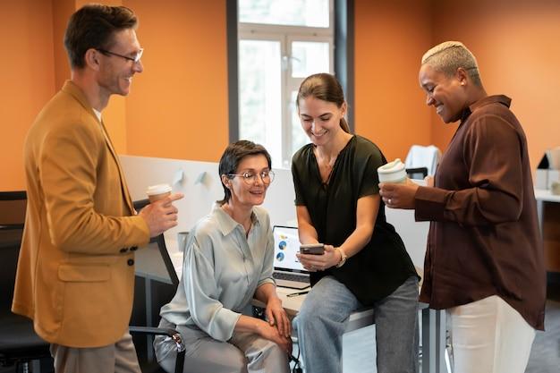 Люди среднего кадра обсуждают на работе