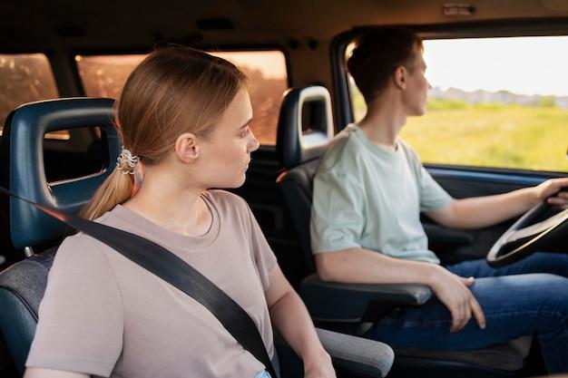 함께 운전하는 미디엄 샷 사람들 무료 사진