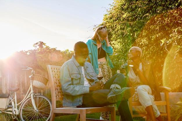 Люди среднего кадра летом на открытом воздухе