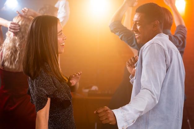 Люди среднего кадра веселятся в клубе