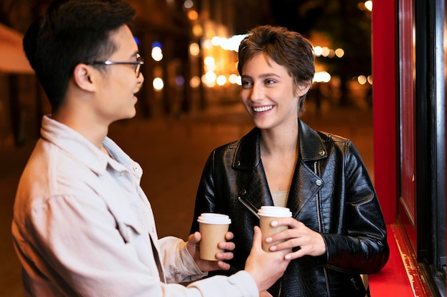 Люди среднего кадра, держащие кофейные чашки