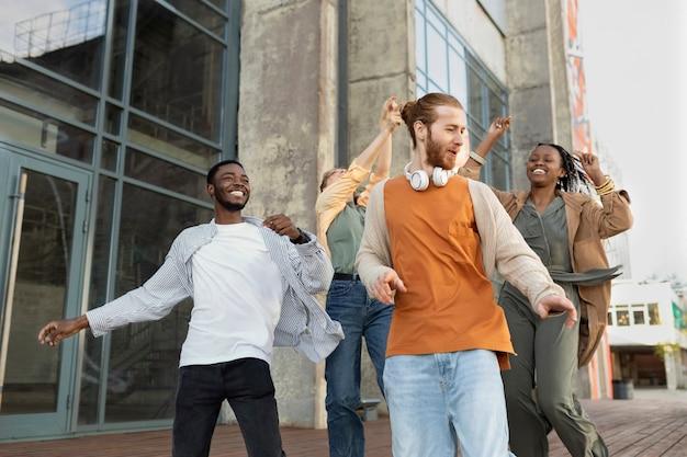 屋外でパーティーをするミディアムショットの人々