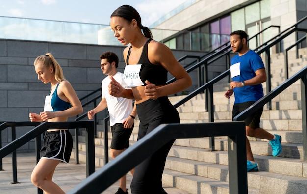 계단에서 함께 달리는 중간 샷 사람들
