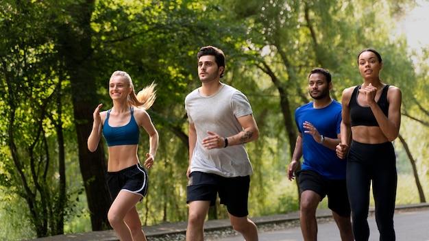 함께 달리는 미디엄 샷 사람들