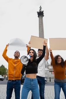 抗議で叫ぶミディアムショットの人々