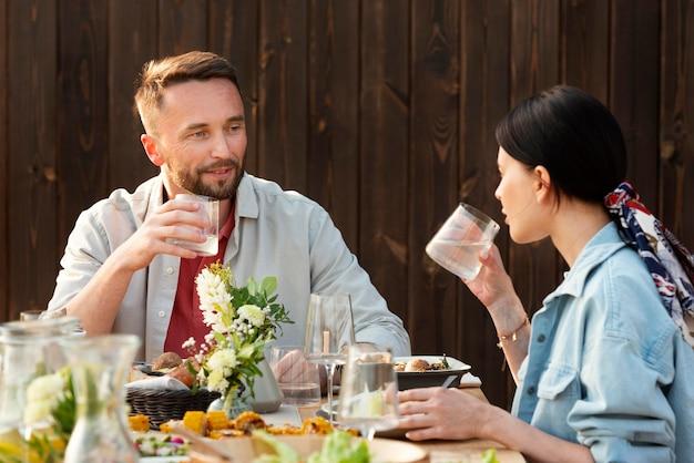 중간 샷 사람들이 테이블에 앉아