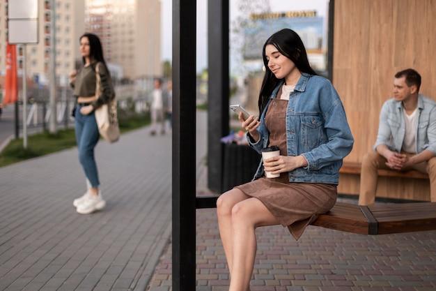 屋外に座っているミディアムショットの人々