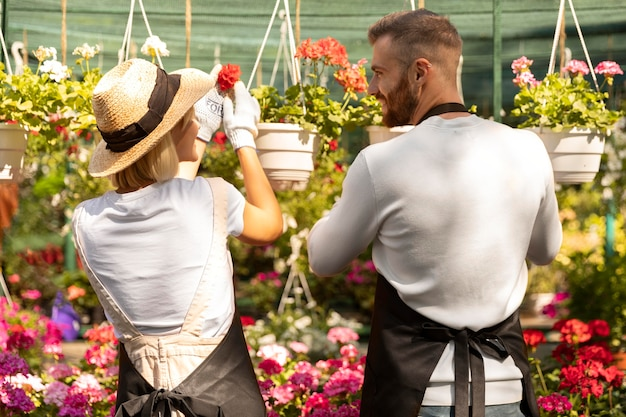 Persone di livello medio che si prendono cura dei fiori