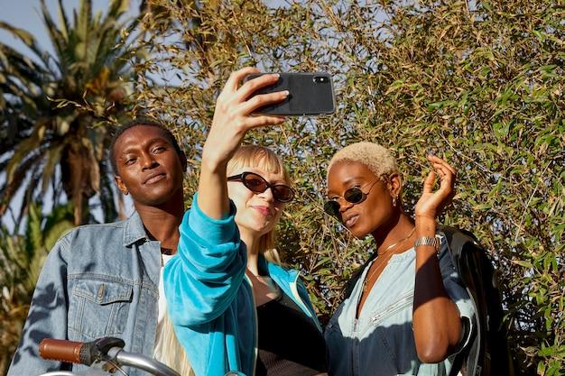 Persone di tiro medio che prendono selfie