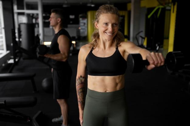 체육관에서 훈련하는 중간 샷 사람들