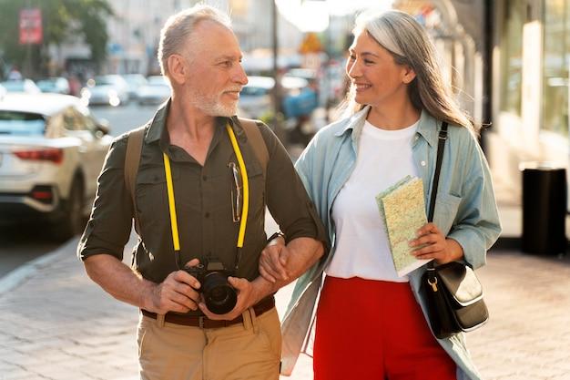 Средний снимок людей с камерой
