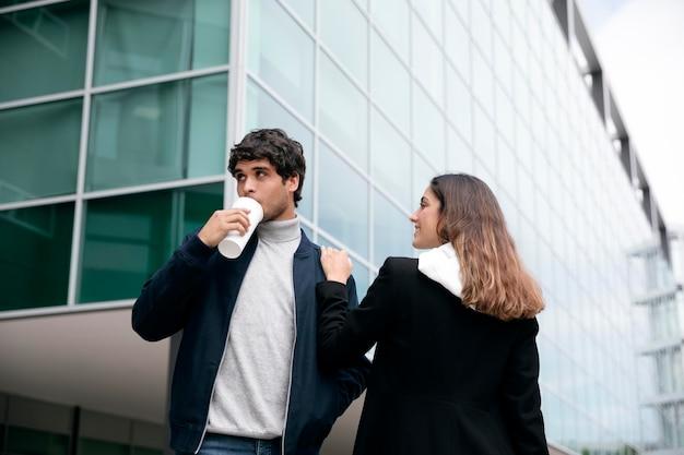 Люди среднего кадра с чашкой кофе