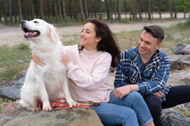 귀여운 강아지와 중간 샷 사람