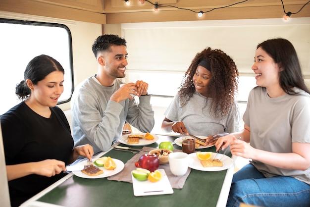 Люди среднего кадра с едой