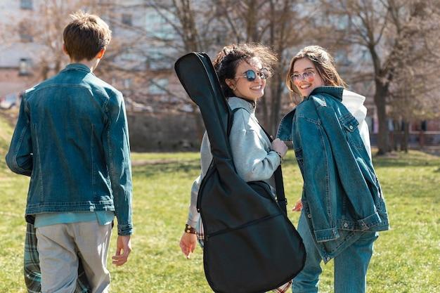Люди среднего кадра с гитарой