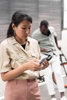 Люди среднего кадра со смартфонами