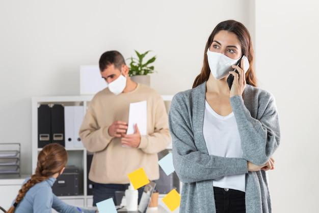 실내에서 일하는 중간 샷 사람들