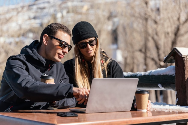 Persone di tiro medio che lavorano al computer portatile