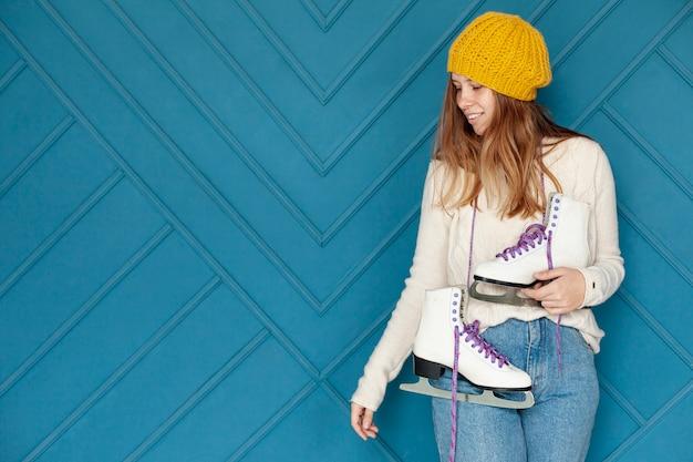 Среднечастотная девушка с желтой шляпой и коньками