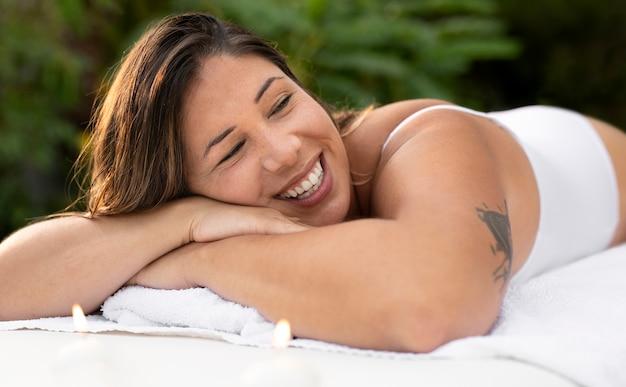미디엄 샷 편안한 웃는 여성