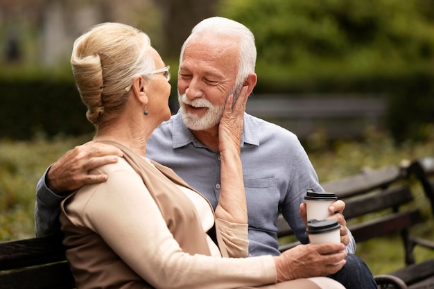 ミディアムショットリラックスした年配のカップル