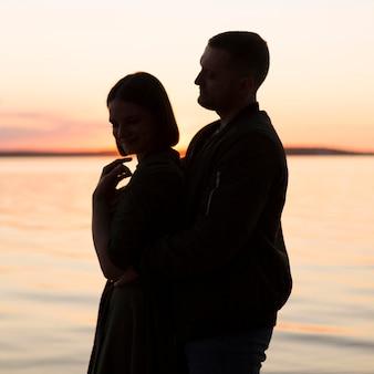 海辺でのミディアムショットのロマンチックなカップル