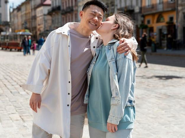 市内のミディアムショットのロマンチックなカップル